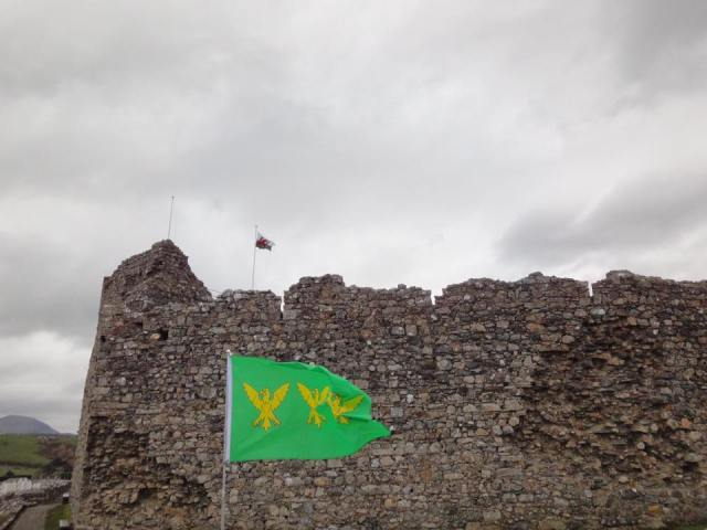 the-caernarfonshire-flag-displayed-at-criccieth-castle-from-philip-tibbetts-2