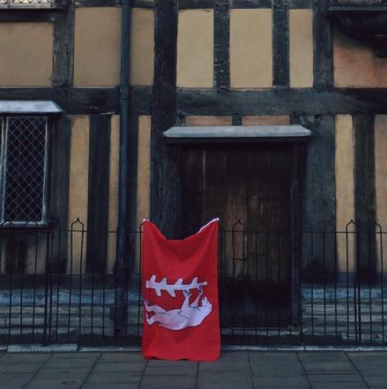 the-county-flag-outside-shakespeares-birthplace-stratford-upon-avon