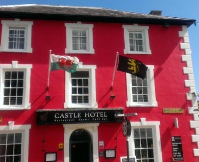 the-proposed-flag-of-ceredigion-flying-at-the-castle-hotel-aberaeron-ceredigion-cardiganshire-alongside-the-welsh-flag-2014